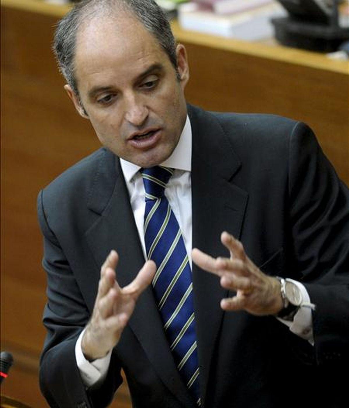 El president de la Generalitat, Francisco Camps, responde en el pleno de Les Corts Valencianes a las preguntas de la oposición sobre las repercusiones del caso Gürtel en la gestión del Gobierno valenciano. EFE