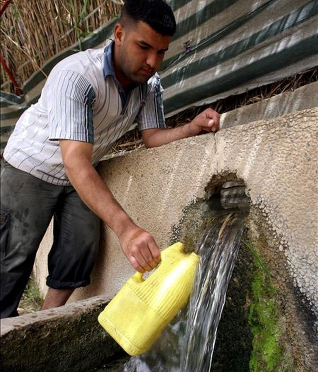 Un palestino saca agua de una fuente natural de las montañas en un café del pueblo cisjordano de Al Bedan, en una fotografía de archivo del 12 de marzo de 2007. EFE