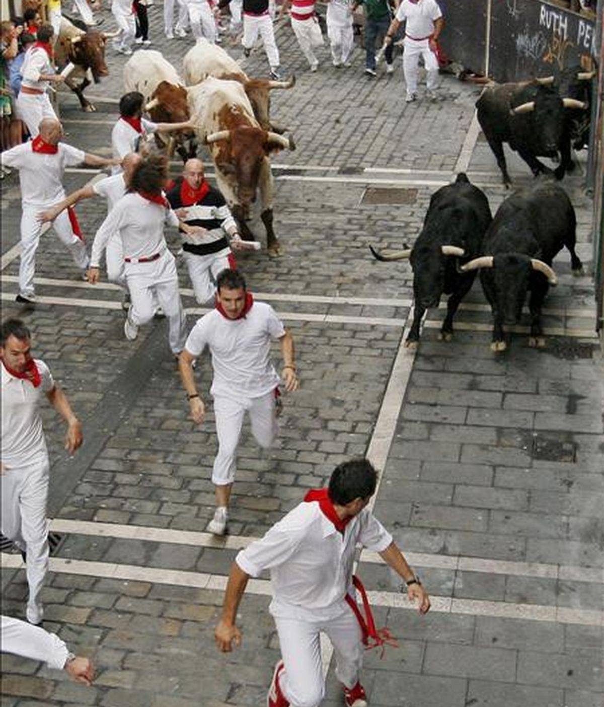 Los toros de la ganadería de Victoriano del Río, de la localidad madrileña de Guadalix de la Sierra, pasan por la curva de Mercaderes en su debut en Pamplona con el encierro más rápido de los sanfermines 2010, al completar en dos minutos y diecisiete segundos todo su recorrido. Durante su carrera no han corneado a ninguno de los mozos que, en número inferior a los días anteriores pero también significativo, se han dado cita en este sexto encierro de las fiestas. EFE