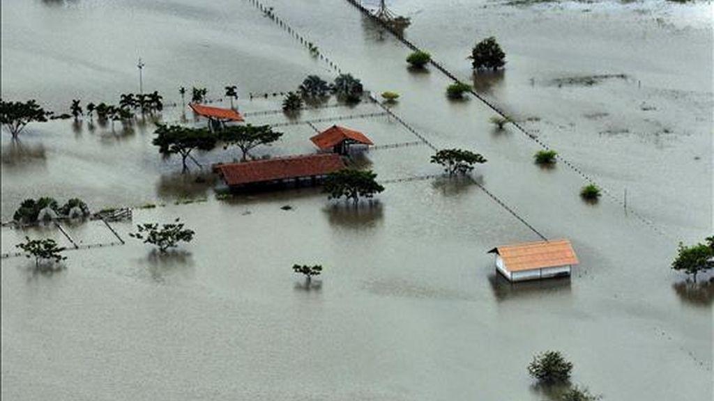 Kilómetros de aéreas cultivadas y viviendas establecidas sobre la margen del río Cauca a su paso por el departamento del Valle, suroeste de Colombia permanecen inundadas ante las fuertes lluvias que se han presentado en 28 de los 32 departamentos del país. EFE