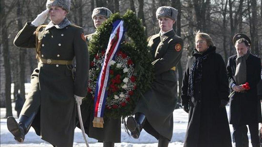 La presidenta chilena, Michelle Bachelet (2-d), observa a unos soldados depositar una corona de flores en el monumento de recuerdo de la Segunda Guerra Mundial en el cementerio de Piskaryovskoye, en San Petersburgo (Rusia), el 2 de abril de 2009. EFE