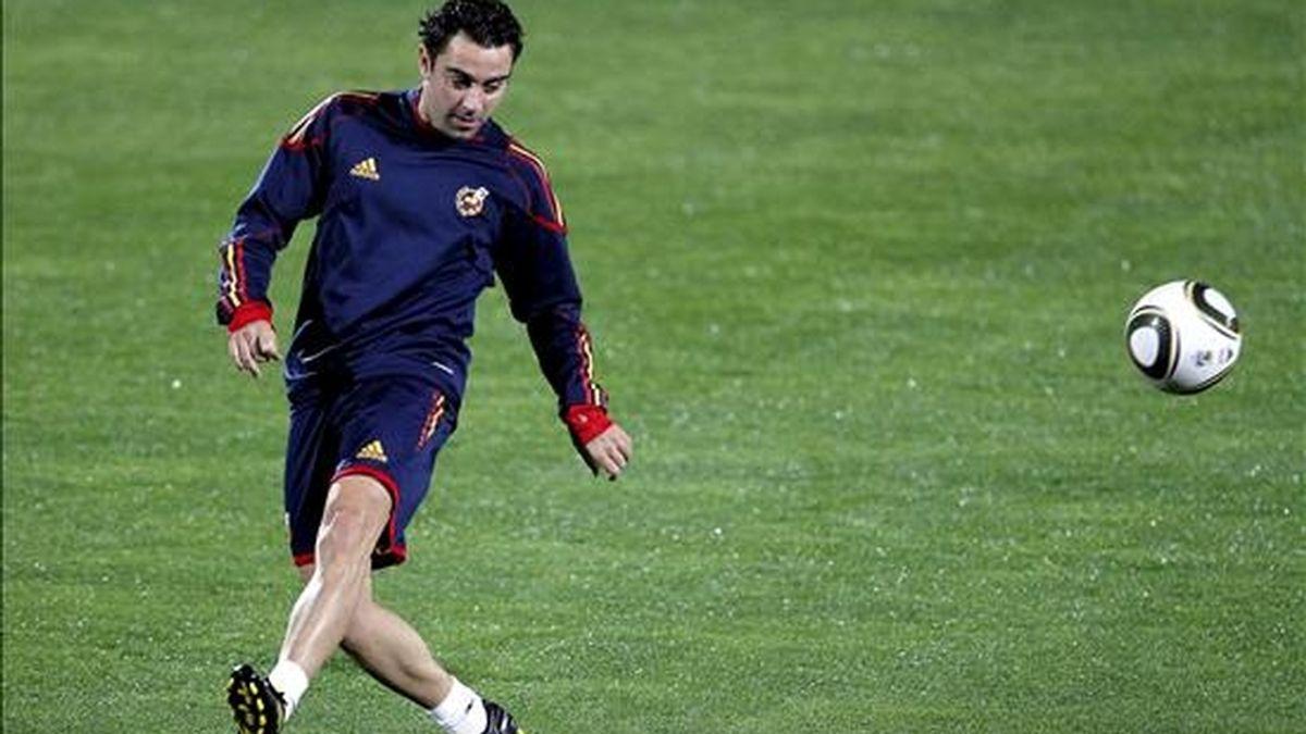 El centrocampista español, Xavi Hernández, golpea el balón durante un entrenamiento ayer de la selección en el estadio Princess Magogo, cerca de Durban, Sudáfrica. EFE