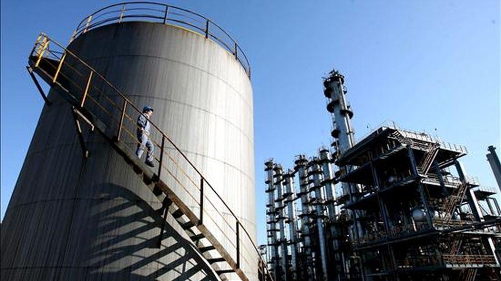 En la imagen, un empleado inspecciona uno de los depósitos de la refinería de petróleo de Wuhan, la capital de la provincia de Hubei, China. EFE/Archivo