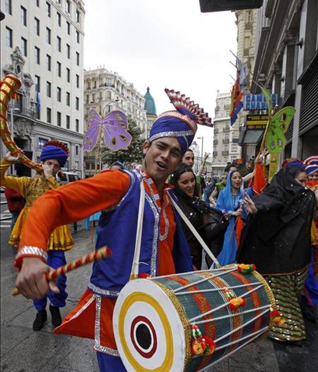 """Presentación en la calle de """"India, un viaje musical"""", un espectáculo genuinamente """"bollywood"""" dirigido por el corógrafo y bailarín Sunny Singh que se estrena hoy en el Teatro Príncipe Gran Vía de Madrid. EFE"""