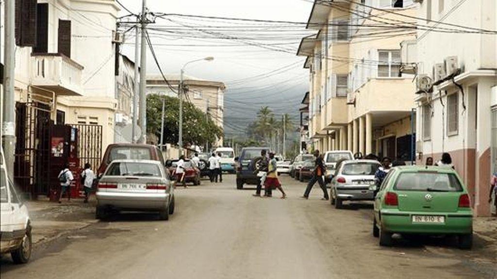 El Ayuntamiento de Malabo, capital de Guinea Ecuatorial, ha solicitado al de Villar de Olmo (Comunidad de Madrid), apoyo en la formación de Recursos Humanos y en el saneamiento de la red de agua, según publica hoy la página web oficial del Gobierno ecuatoguineano. En la imagen, viandantes guineanos pasean por una calle céntrica de Malabo. EFE