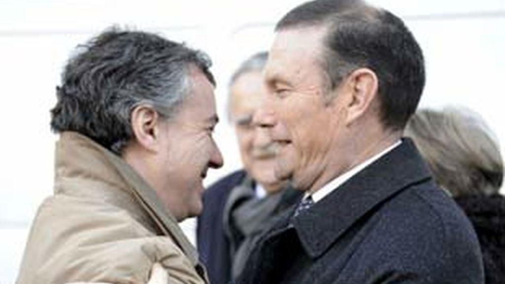 El lehendakari, Juan José Ibarretxe, abraza al presidente del PNV, Iñigo Urkullu, a su salida del Palacio de Justicia de Bilbao. Foto: EFE.