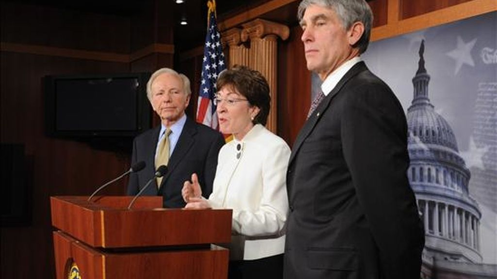 La senadora republicana por Maine, Susan Collins (c), su colega independiente por Connecticut, Joseph Lieberman (i), y el demócrata por Colorado, Mark Udall (d), participan en una rueda de prensa  en el Capitolio, en Washington D.C. (EE.UU.). EFE