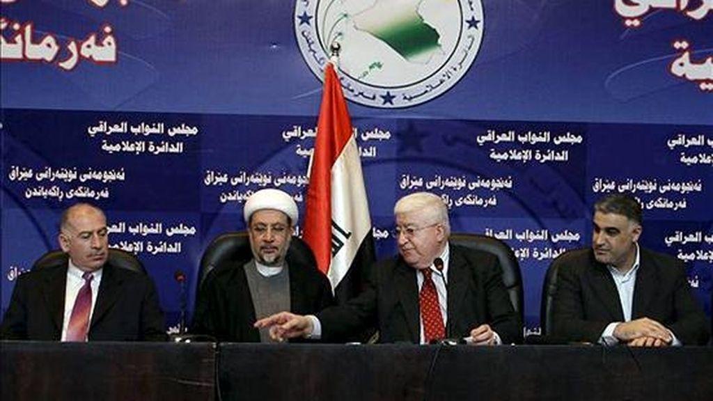 Los diputados iraquíes (i-d) Osama Al- nujaifi, Khalid al-Attiya, Fuad Maasum y Hasan Al-Shimari, ofrecen una rueda de prensa hoy en el Parlamento, en Bagdad (Irak). El Parlamento iraquí fracasó hoy en la reanudación de su primera sesión, que quedó de nuevo aplazada sin fecha por falta de consenso político. EFE