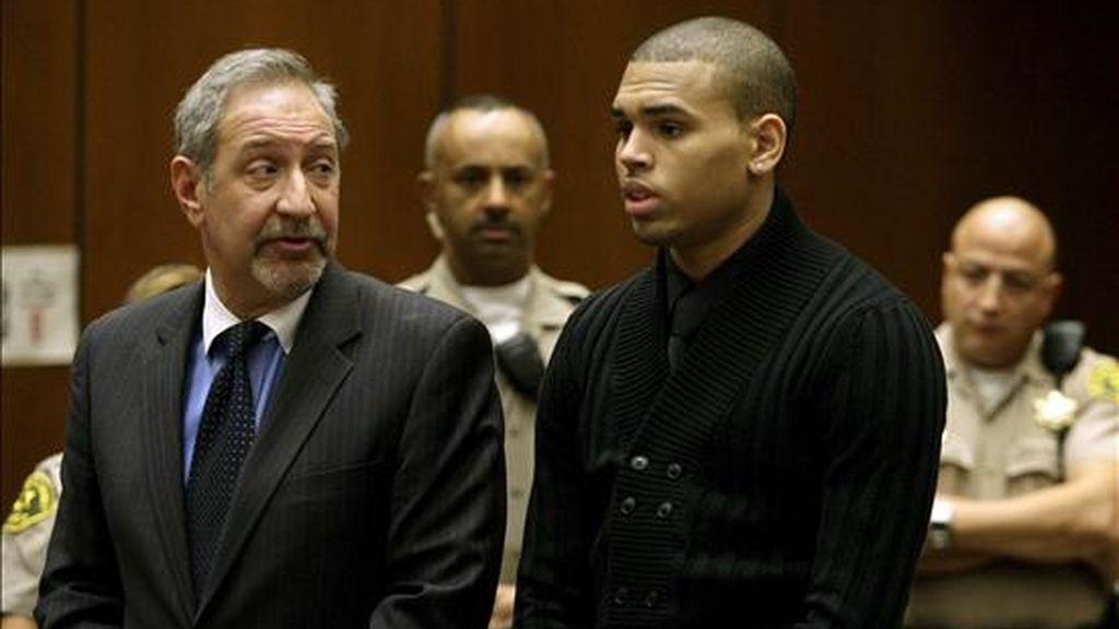 El cantante estadounidense Chris Brown (d), acompañado por su abogado Mark Geragos (i) realiza una petición, durante su comparecencia en la Corte Superior de Los Ángeles, California (EEUU), donde enfrenta un proceso por el delito de asalto. EFE