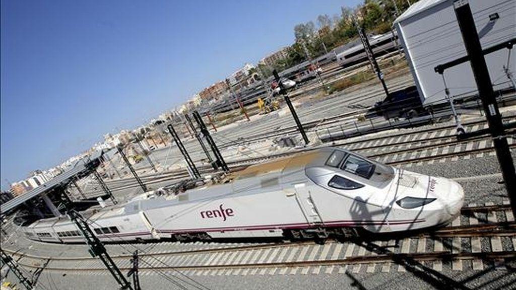 Uno de los trenes AVE sale esta tarde de la estación provisional de Valencia y lo seguirá haciendo en periodo de pruebas hasta la inauguración oficial de la línea de alta velocidad entre Madrid y la capital valenciana prevista para el próximo 18 de diciembre. EFE