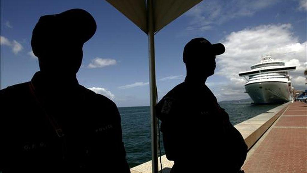 Dos policías vigilan los alrededores de la zona donde esta tarde se inicia la V Cumbre de las Américas que tendrá lugar en Puerto España, Trinidad y Tobago. EFE