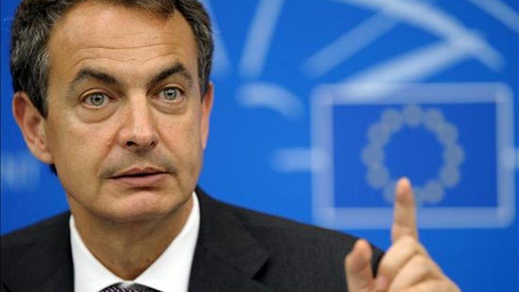El presidente del gobierno, José Luis Rodríguez Zapatero, ofrece una rueda de prensa tras su intervención en el pleno del Parlamento Europeo en Estrasburgo (Francia), hoy, 6 de julio de 2010. EFE