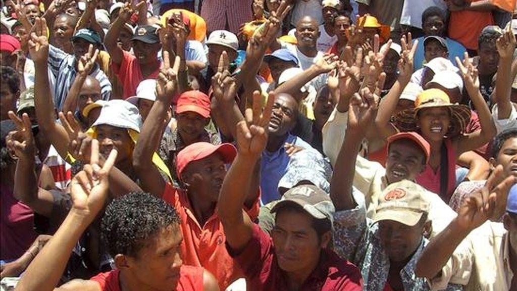 Un grupo de simpatizantes del alcalde de Antananarivo, Andry Rajoelina, corea consignas durante una manifestación en Antananarivo (Madagascar) hoy 4 de febrero. Rajoelina rechazó su destitución como alcalde por el Gobierno y convocó para hoy manifestaciones en la capital malgache a favor del Ejecutivo de transición que propugna, informaron hoy los medios locales. EFE