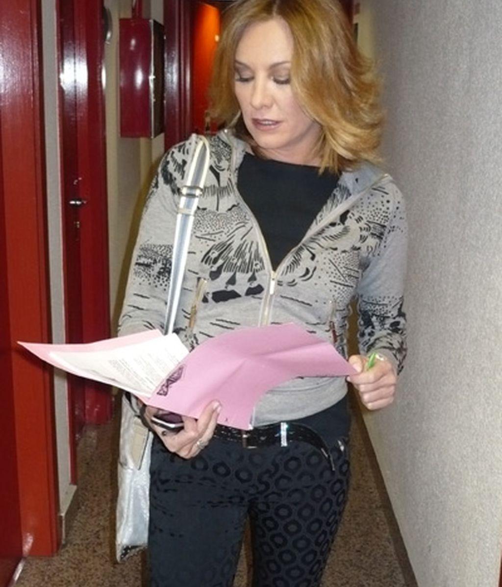 Belén Rodríguez leyendo el guión del Debate