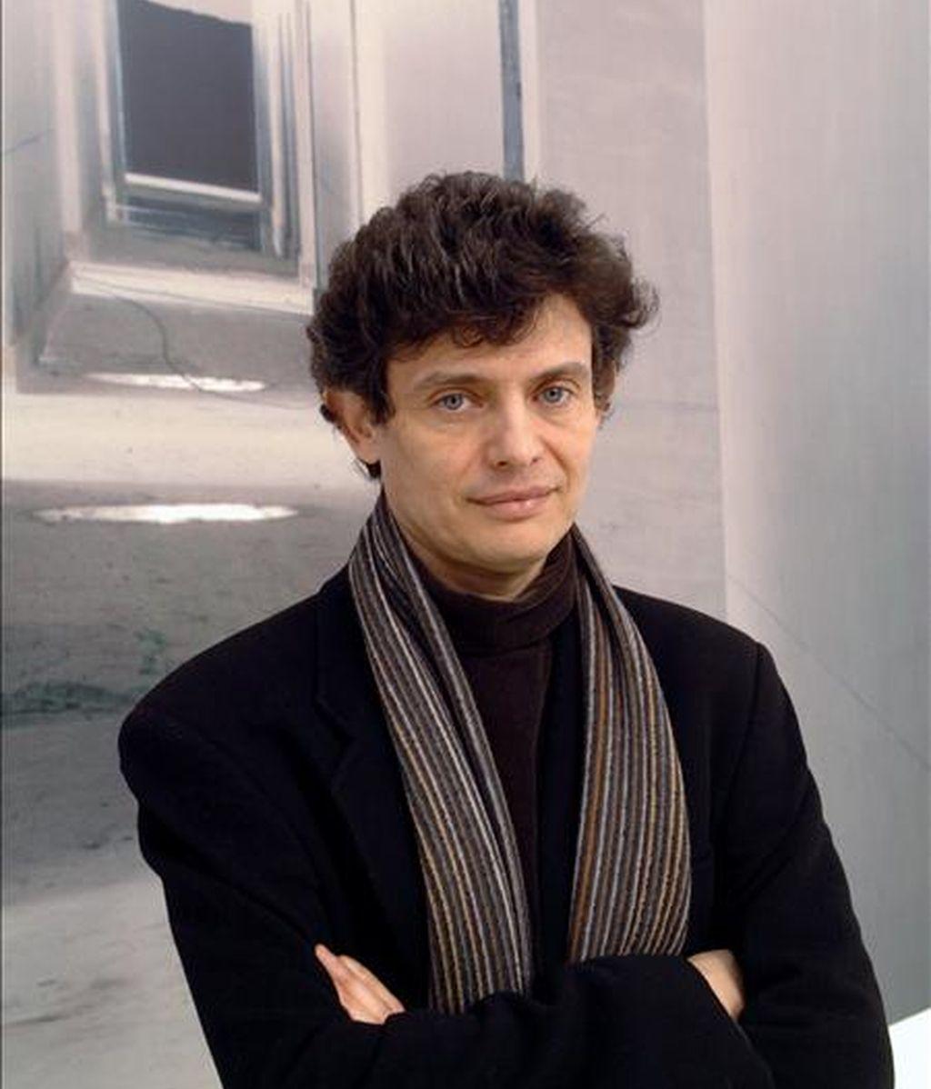 El artista José Manuel Ballester posa delante de una de sus obras. EFE/Archivo