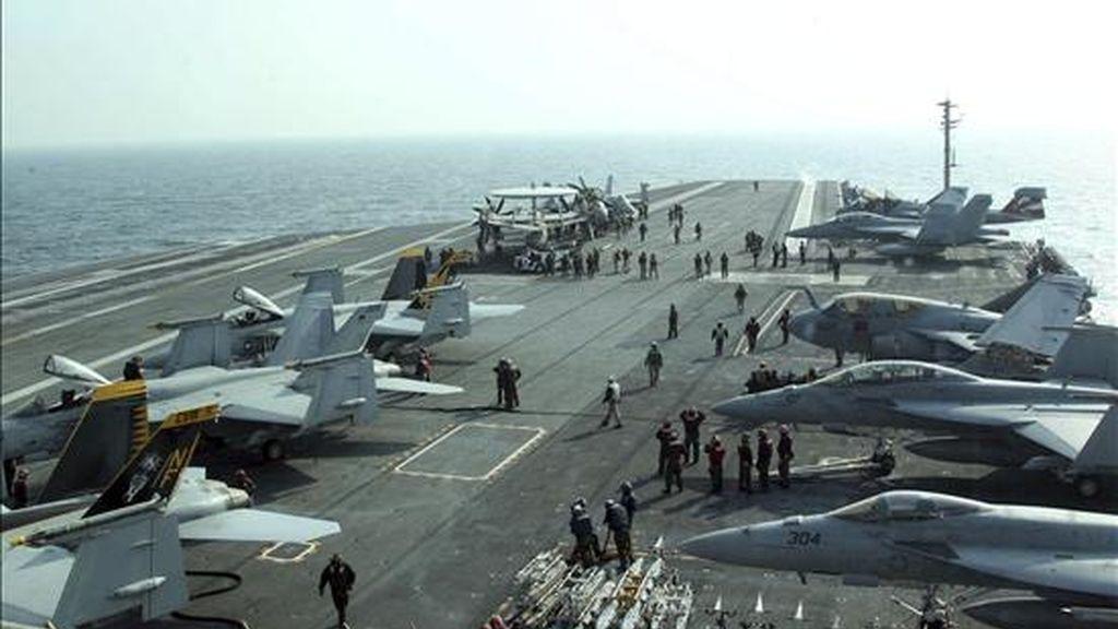 Soldados estadounidenses preparan hoy varios aviones en la cubierta del portaaviones estadounidense George Washington durante unas maniobras aeronavales conjuntas con Corea del Sur en respuesta al ataque de Corea del Norte contra territorio surcoreano la pasada semana, en el Mar Amarillo, Corea del Sur. EFE/Yonhap