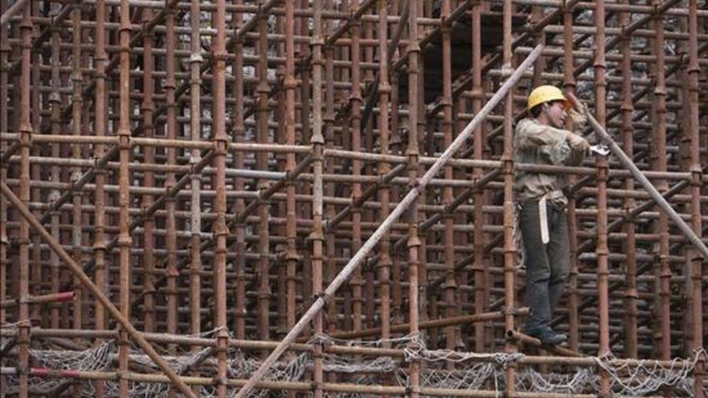 Un obrero trabaja en la construcción de un bloque de viviendas. EFE/Archivo