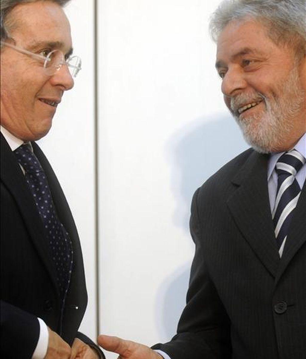 El presidente brasileño, Luiz Inácio Lula da Silva, saluda a su homologo colombiano, Álvaro Uribe. EFE/Archivo