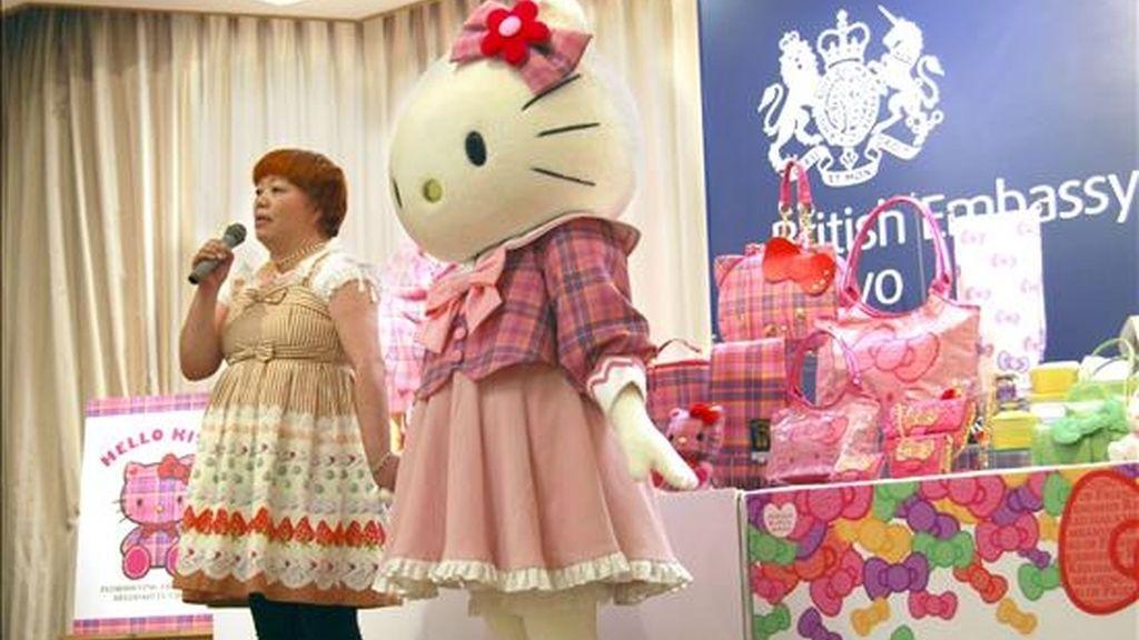 Hello Kitty y, su diseñadora, Yuko Yamaguchi (i), durante la presentación del nuevo diseño de un estampado escocés creado especialmente para la gatita nipona, que este año celebra su 35 aniversario. El fabricante escocés de tejidos John Buchan Lochcarron diseñó este estampado que adorna un total de 43 artículos diferentes de Hello Kitty, entre los que figuran bolsos, bufandas, tazas, carteras y muñecos, que serán lanzados a la venta en septiembre en Japón. EFE