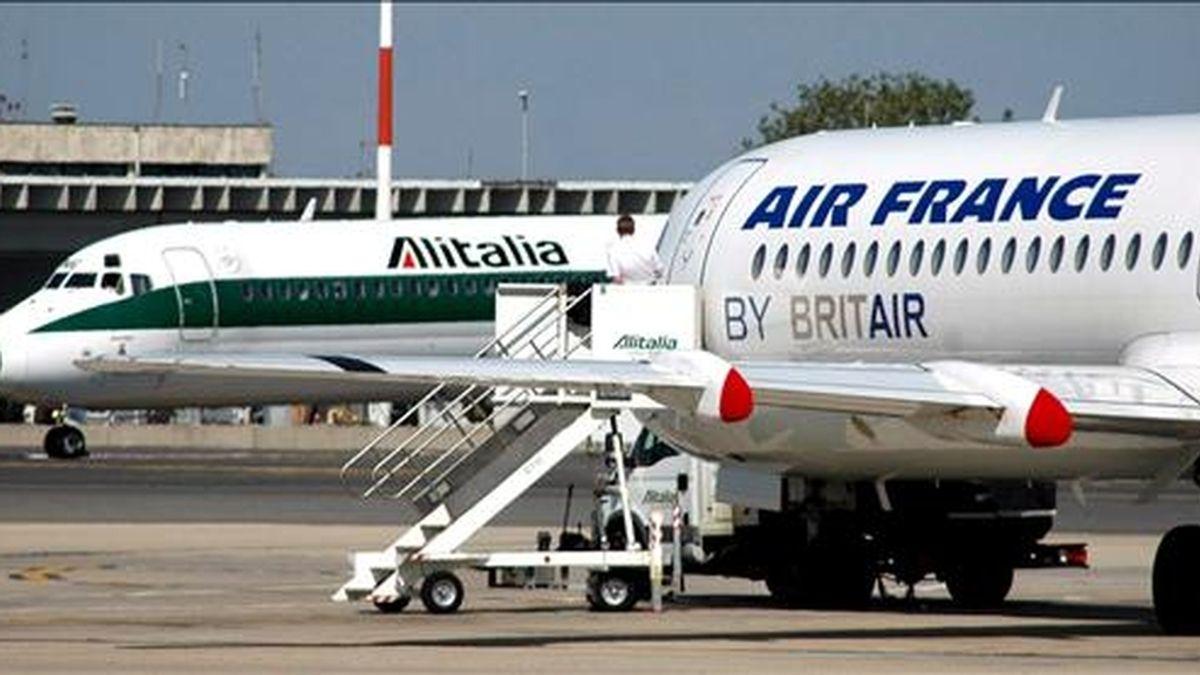 Un avión de la aerolínea Alitalia y otro de Air France en el aeropuerto Leonardo Da Vinci de Fiumicino, en Roma (Italia). EFE/Archivo