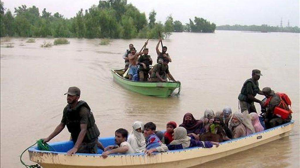 Varias personas abandonan la aldea de Charsadda por las inundaciones causadas por las lluvias monzónicas en la provincia paquistaní de Khyber-Pakhtunkhwa. Las inundaciones han causado la muerte de cientos de personas en todo el país, en algunos casos por derrumbamientos de edificios o por descargas eléctricas. EFE