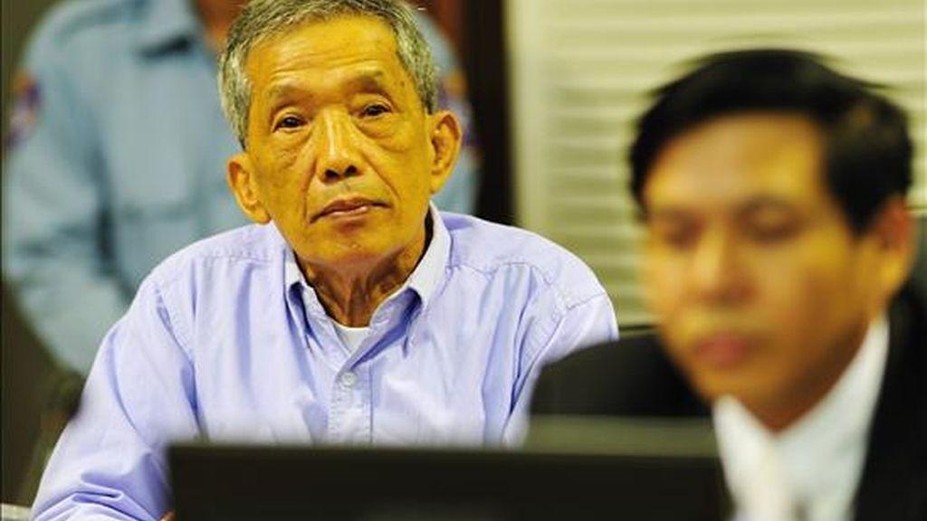 Fotografía cedida, en la que aparece hoy Kaing Guek Eav, ex director de un cárcel, tras recibir una sentencia de 35 años de prisión por crímenes de guerra, en un juzgado de la ciudad de Phnom Penh, Cambodia. EFE/Cedida Juzgado Cambodia