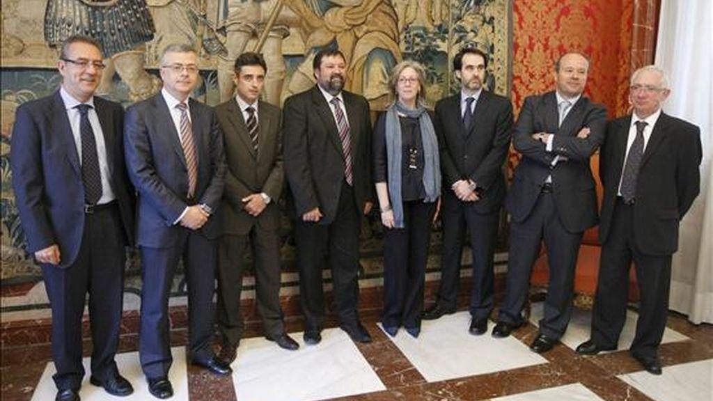 El ministro de Justicia, Francisco Caamaño (4i), posa con los representantes de la Asociación de Fiscales, la Unión Progresista de Fiscales y la Asociación Profesional Independiente de Fiscales con quienes se reunió hoy en la sede del Ministerio, en Madrid. EFE