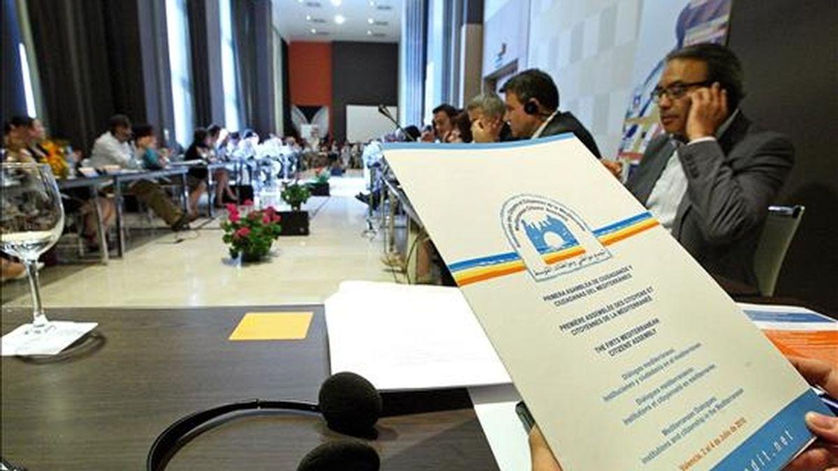 La primera Asamblea de Ciudadanos del Mediterráneo reúne a representantes de dieciocho países de la zona para analizar, desde el punto de vista político, económico, jurídico y solidario, los derechos y responsablilidades de la identidad mediterránea y los retos y condiciones para la paz. EFE