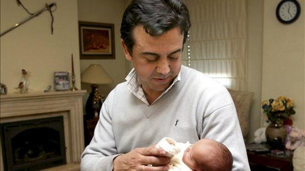 """En la foto de archivo Juan Carlos Rodríguez con su hija Arancha en los brazos. Juan Carlos fue el primer funcionario en disfrutar del permiso de diez días por paternidad recogido en el """"Plan Concilia"""". EFE/Archivo"""