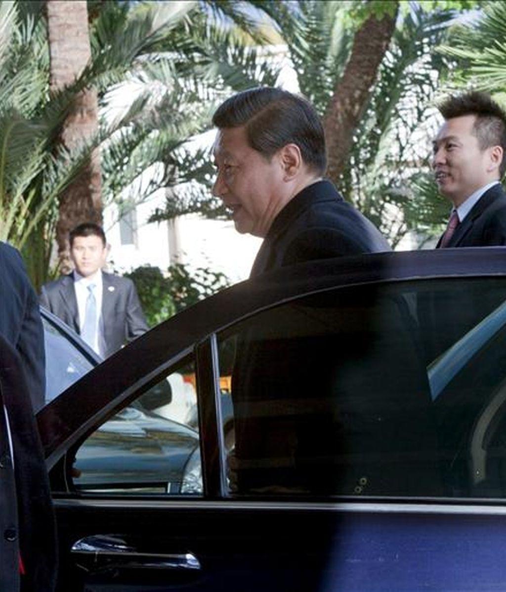 En la imagen, el vicepresidente chino, Xi Jinping, llega al hotel donde se hospeda tras hacer esta mañana una visita a la localidad mallorquina de Valldemosa, durante su estancia en la isla. EFE