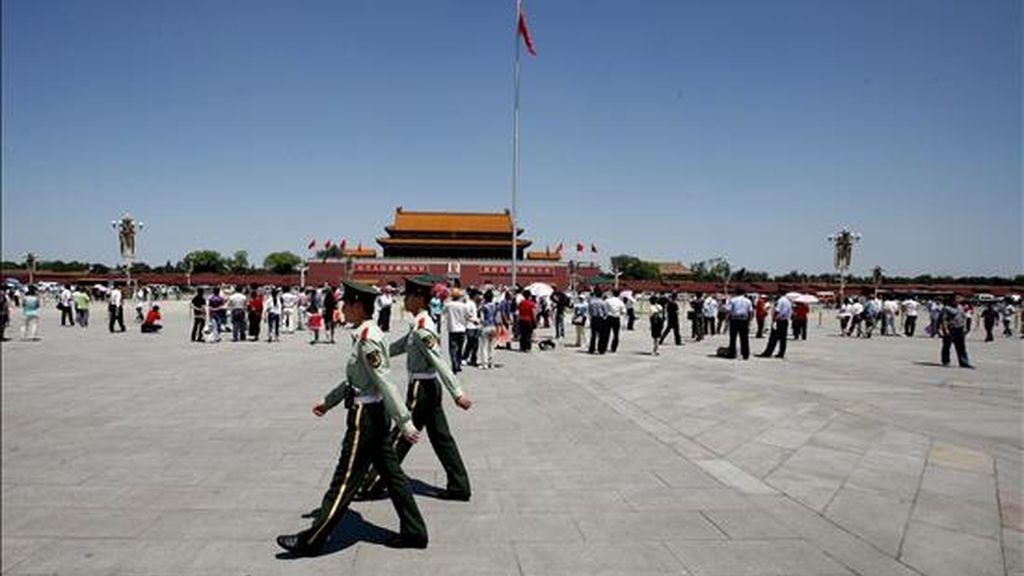 Soldados chinos patrullan la Plaza de Tiananmen en Pekín. EFE/Archivo
