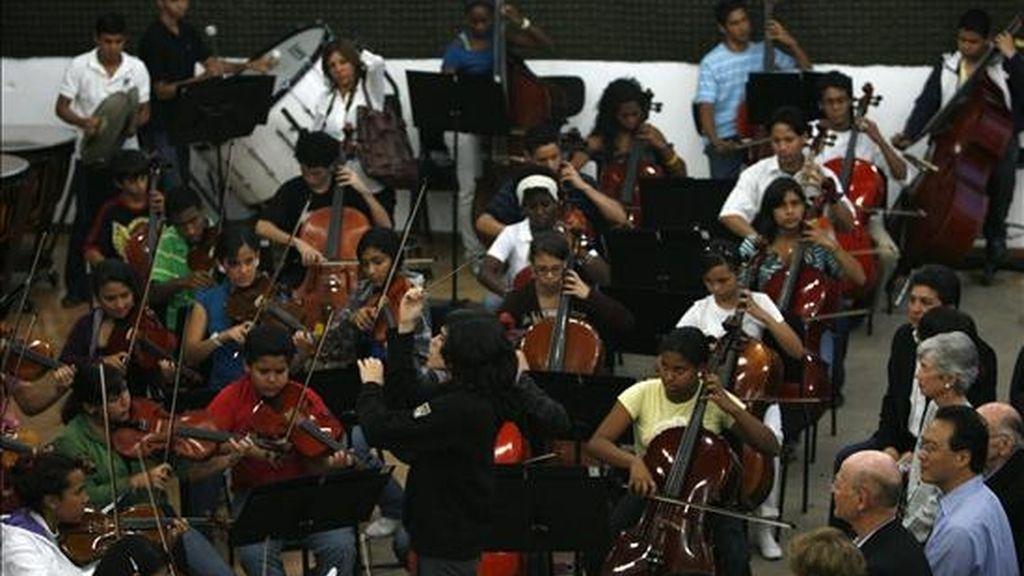 El reconocido violonchelista estadounidense de origen chino, Yo Yo Ma (derecha abajo), visita un centro de formación musical integrado, en la fundación de Orquestas y Coros Juveniles e Infantiles de Venezuela, que dirige el maestro José Antonio Abreu. EFE