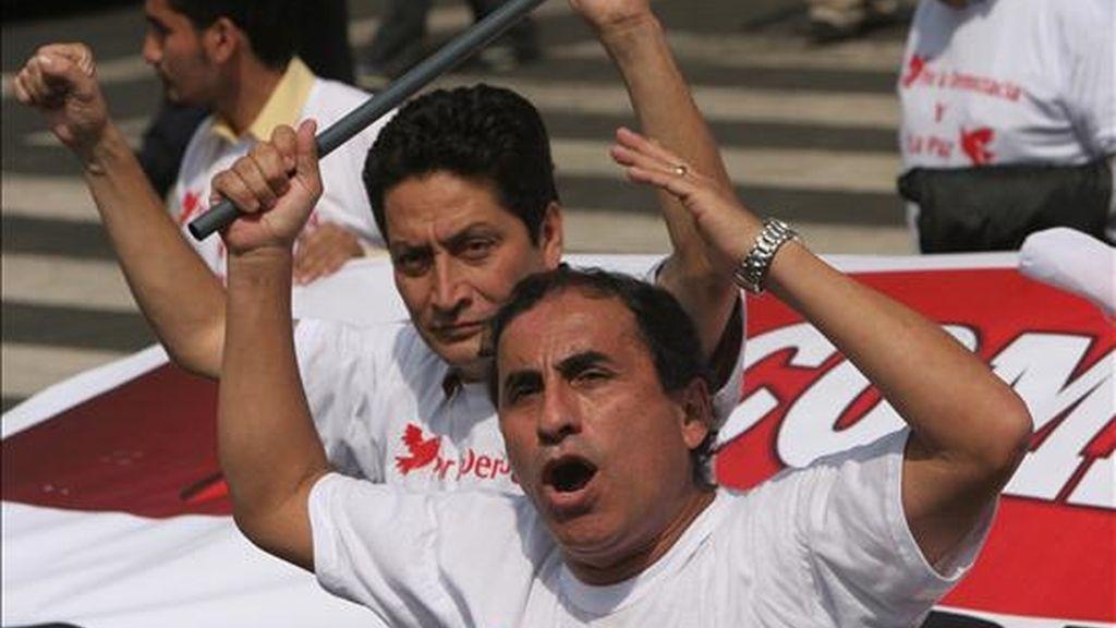 Miembros del Partido Aprista Peruano marchan por el centro de Lima durante una manifestación. EFE/Archivo