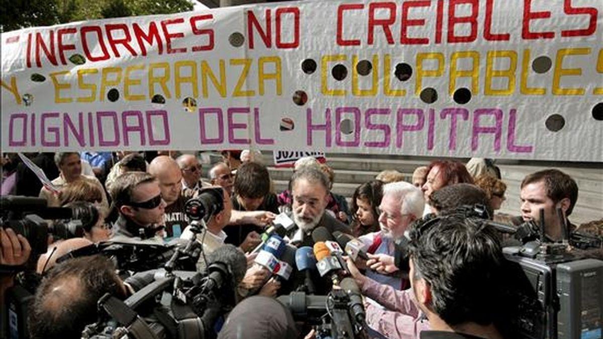 El ex coordinador de Urgencias del Hospital Severo Ochoa de Leganés (Madrid), el doctor Luis Montes (c), hizo declaraciones a los medios de comunicación frente a los juzgados de la Plaza Castilla, donde hoy declaraba el ex consejero de Sanidad, Manuel Lamela, en relación con una querella interpuesta por los doctores Luis Montes y Miguel Angel López Varas. EFE