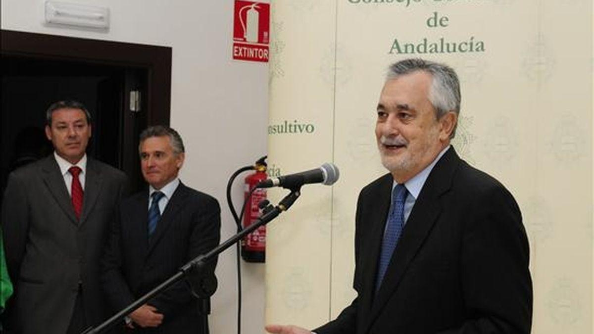 El presidente de la Junta de Andalucía, Jose Antonio Grilñán (d), junto a los consejeros de Educación, Francisco Alvarez de la Chica (i) y de Cultura, Paulino Plata (c), durante la presentación de la memoria del Consejo Consultivo correspondiente al año 2009 en el nuevo edificio de este organismo en Granada. EFE