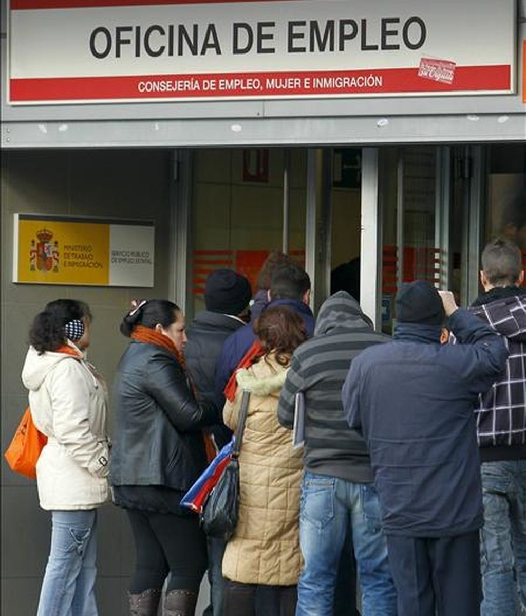 El paro subió en el mes de noviembre en doce comunidades autónomas, más en Baleares, con un 8,60 por ciento, Galicia, con un 3,50 por ciento, La Rioja, con un 2,96, y Cantabria, con un 2,52 por ciento, y bajó en cinco, entre ellas Madrid. En la imagen, gente haciendo cola para entrar en una oficina de empleo en Madrid. EFE