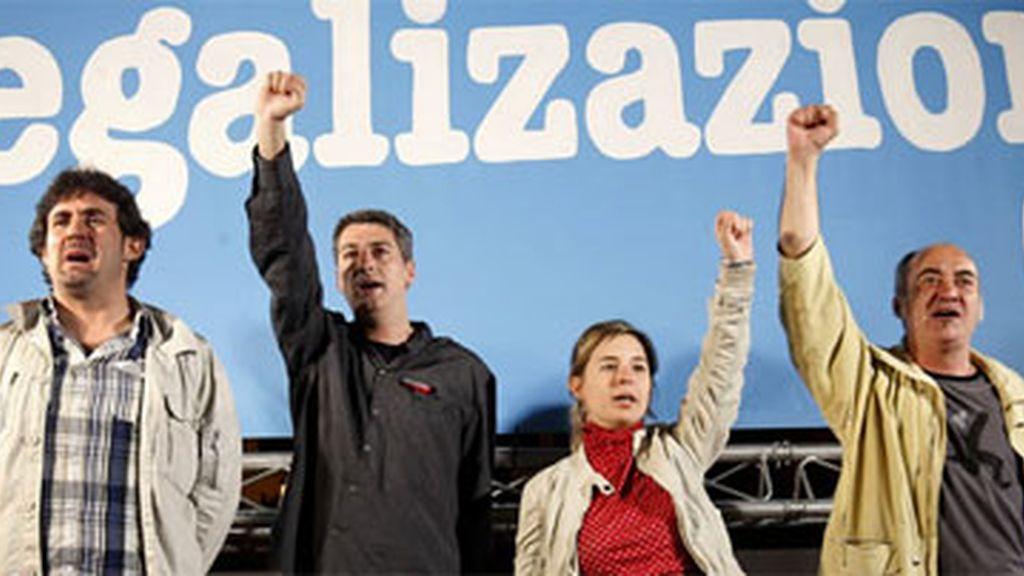 El secretario general de EA, Pello Urizar; Oskar Matute, de Alternatiba, y los independientes Martín Garitano y Aitziber Ibaibarriaga esta noche en Bilbao tras conocer la decisición del TC sobre Bildu. Foto: EFE/Archivo