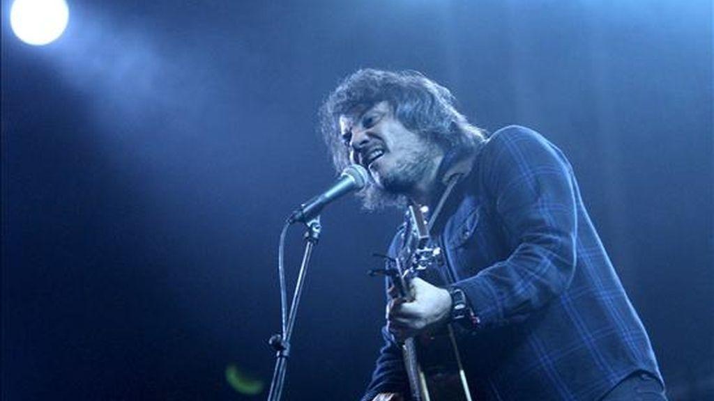 El cantante y guitarrista Jeff Tweedy, de la banda estadounidense Wilco, durante un concierto ofrecido en el parque del Fórum de Barcelona, dentro de la segunda jornada del festival de música Primavera Sound. EFE/Archivo
