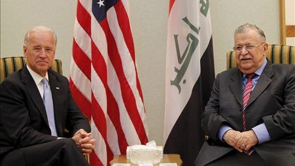 El vicepresidente de Estados Unidos, Joe Biden (i), y el presidente iraquí, Yalal Talabani, en Bagdad este lunes. EFE