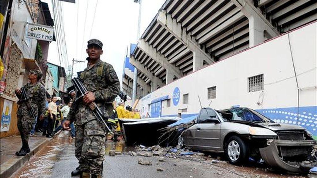 Militares hondureños resguardan el sitio donde cayó un muro del estadio Nacional de Tegucigalpa (Honduras), al menos una persona murió aplastada por el muro que cayó desde varios metros de altura sobre algunos vehículos durante un aguacero. EFE