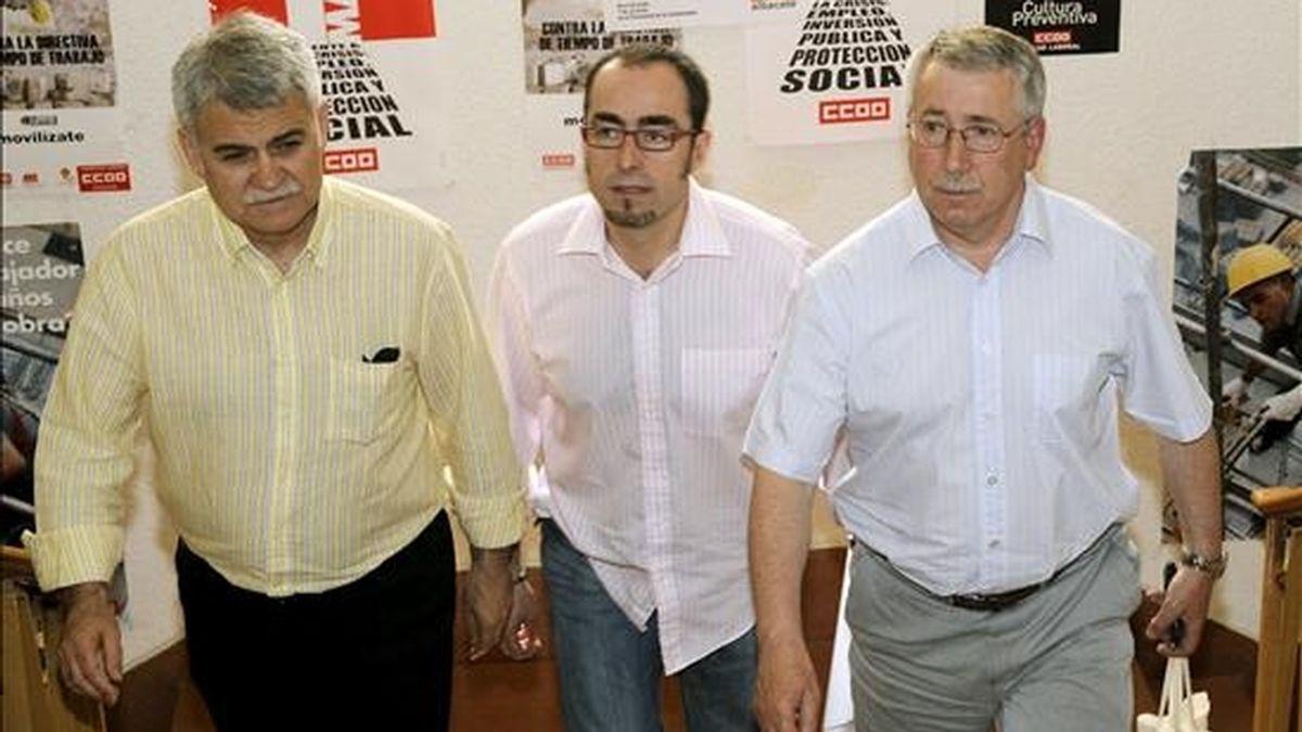 El secretario general de CCOO, Ignacio Fernández Toxo (d), acompañado del secretario regional, José Luis Gil (i),y el provincial, Francisco de la Rosa, hoy en Albacete, donde ha presentado las propuestas del sindicato para defender el empleo en la actual situación económica. EFE