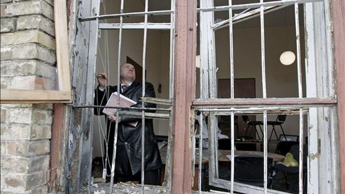 Agentes del servicio de inteligencia ucraniano inspeccionan los daños provocados por la explosión de una granada en una habitación del departamento de control epidemiológico de la estación ferroviaria de Kiev (Ucrania), el 11 de marzo de 2009. EFE/Archivo