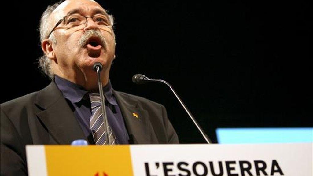 """El vicepresidente del ejecutivo catalán, Josep Lluis Carod Rovira, durante la conferencia que ha pronunciado hoy sobre """"La izquierda que decide"""" en la que ha confirmado su renuncia a ser el cartel electoral de ERC en las elecciones autonómicas y su apoyo para que Joan Puigcercós sea el candidato, y junto a éste ha anunciado un """"nuevo ciclo"""" de paz interna en ERC en el que ambos formarán """"tándem"""". EFE"""