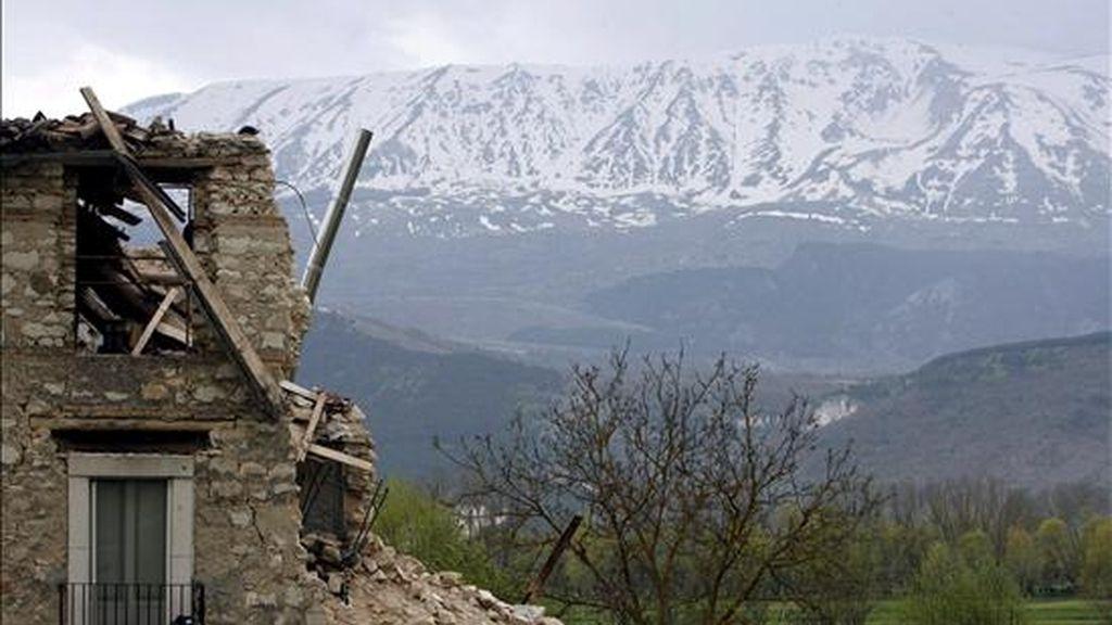 Vista general de una casa en ruinas en la ciudad de San Gregorio, cerca de L'Aquila, Italia, tras el terremoto que sacudió la región el pasado mes de abril. EFE/Archivo