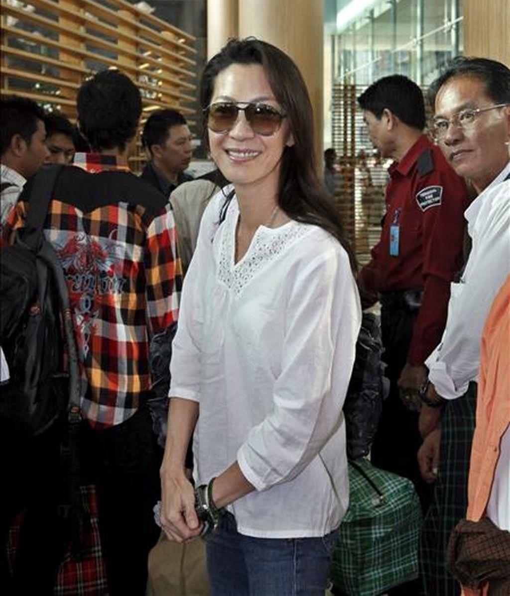 La actriz de origen malasio Michelle Yeoh hoy en el aeropuerto internacional de Rangún, Myanmar (Birmania), antes de abandonar el país. Michelle Yeoh pasó un día con la activista y Premio Nobel birmana Aung San Suu Kiy para preparar su personaje en la película que se esta preparando y que trata de la activista birmana, según afirmó el jefe de seguridad de Suu Kyi, Win Htein. EFE