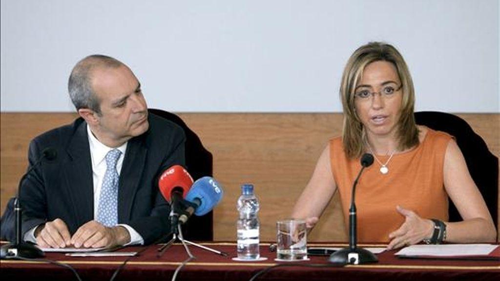 La ministra de Defensa, Carme Chacón, y el presidente de la corporación RTVE, Luis Fernández, tras el acuerdo de cesión de terrenos para la construcción de la nueva sede del ente público. EFE