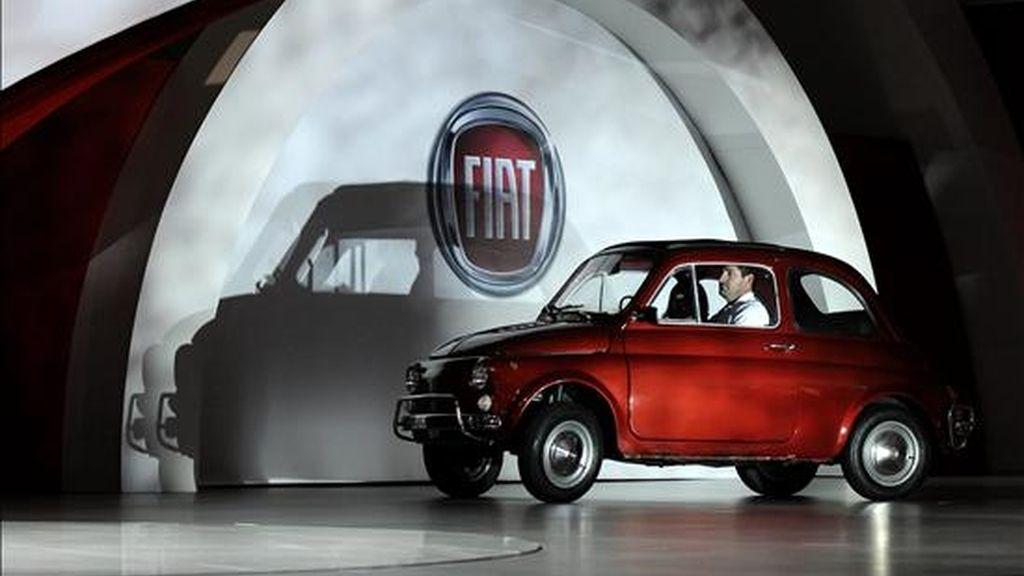 Presentación del Fiat 500 en el salón del automóvil en Los Ángeles (CA, EEUU), el pasado 17 de noviembre. La casa italiana es una de las empresas que, según Financial Times, hizo un uso indebido de las ayudas comunitarias. EFE