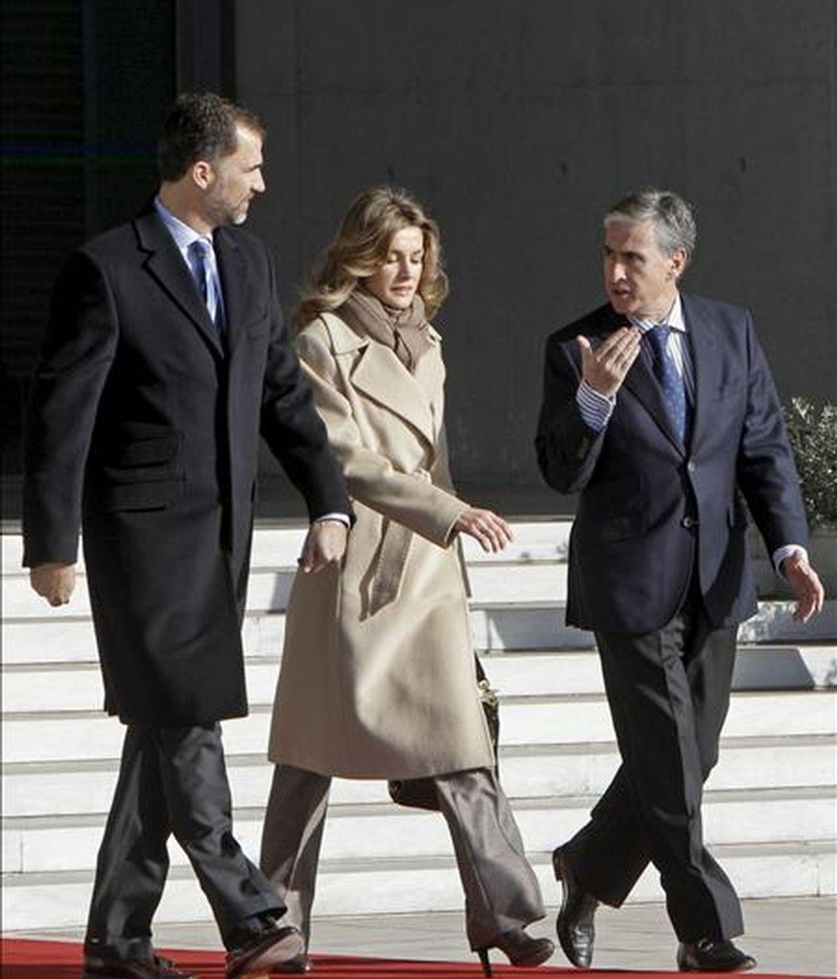 Los Príncipes de Asturias conversan con el ministro de Presidencia, Ramón Jáuregui, antes de subir al avión que les traslada a Perú para una visita oficial con el objetivo de estrechar lazos políticos, económicos y culturales con España. EFE