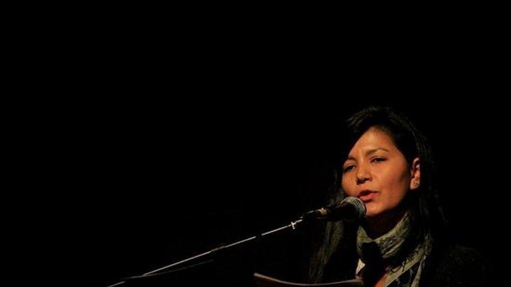 La representante de las víctimas de la masacre La Rochela, Alejandra Beltrán, pronuncia un discurso durante la apertura de la III Semana por la Memoria en Bogotá (Colombia). EFE