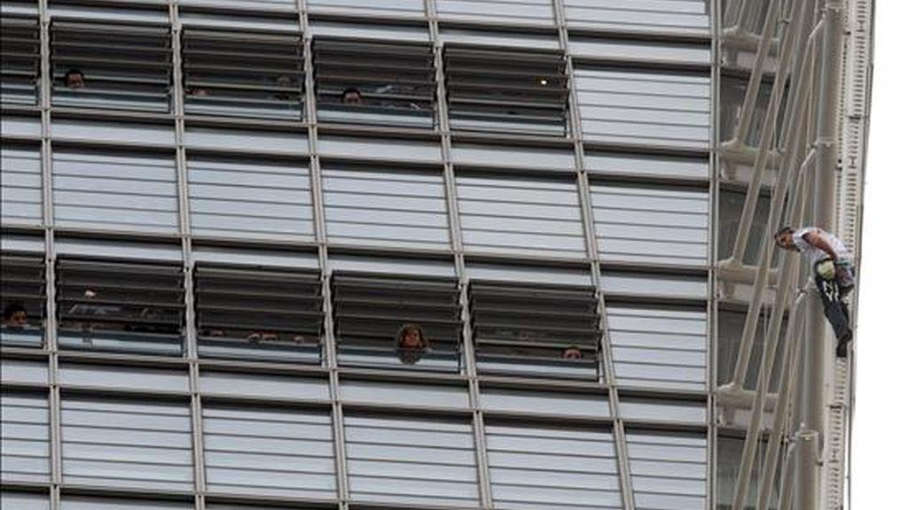 """El conocido como """"Spiderman francés"""" Alain Roberts (d), escala hoy la torre RBS en el distrito financiero de Sídney (Australia), ante la mirada de los trabajadores del edificio. EFE"""